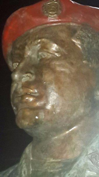 Busto de Chavez llorando aceite