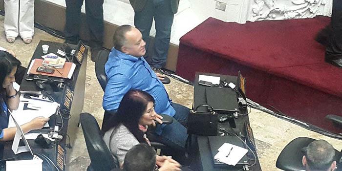 El diputado Diosdado Cabello (GPP) escucha el debate desde su curúl en el hemiciclo