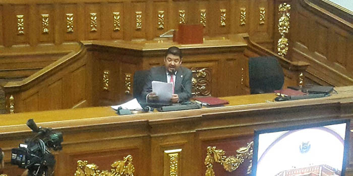 Roberto Marrero, Secretario de la Asamblea Nacional, lee el informe a la plenaria