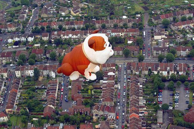 Un gigantesco perro cuida de la hermosa cuidad inglesa como parte de La Fiesta Internacional del Globo de Bristol.