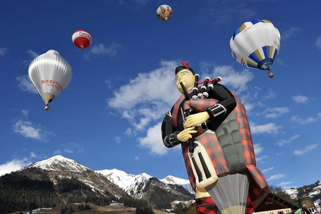 Un jugador de la gaita escocesa apareció en la edición 30 del Festival Internacional del Globo en Château d'Oex, Suiza.