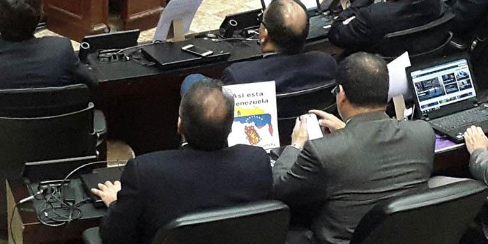 Diputados de oposición en el hemiciclo