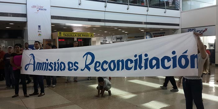 """Pancarta """"Amnistía es Reconciliación"""" recibe a los invitados internacinales"""