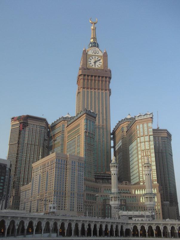 La Torre del hotel del complejo se convirtió en el segundo edificio más alto del mundo en 2012 y actualmente es el tercer edificio más alto del mundo. El complejo de edificios está a unos metros de la mezquita más grande del mundo y el lugar más sagrado del Islam, la mezquita de al-Haram. El edificio cuenta con 120 plantas y tiene 601 metros de altura.