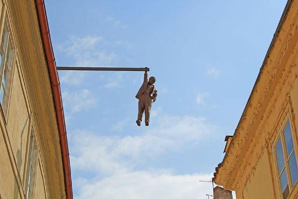 El hombre que cuelga hacia fuera, Praga, República Checa