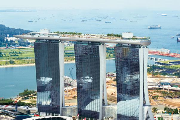 El Marina Bay Sands en Singapur es el edificio más caro del mundo. Costó 5.7 mil millones de dólares. Cuenta con un hotel de 2.561 habitaciones, un centro comercial, museo, dos grandes teatros, un centro de convenciones y exposiciones, siete restaurantes de chefs famosos, una pista de patinaje sobre hielo, y dos pabellones flotantes de cristal. Además, está coronada por una gran piscina.