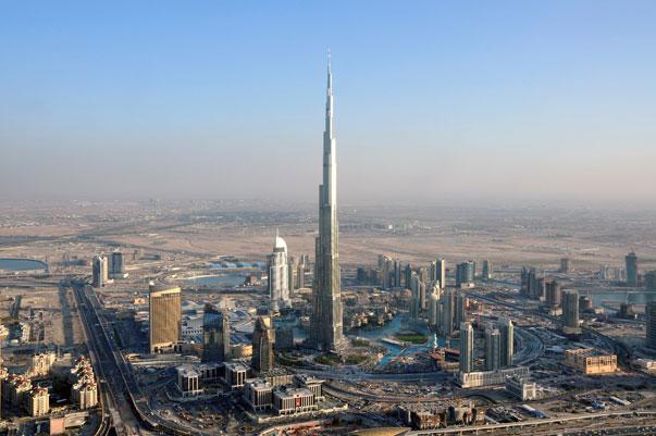 Burj Khalifa es la estructura más alta hecha por el hombre. Tiene 829,8 metros de altura. El Burj Khalifa tiene capacidad para 35.000 personas.