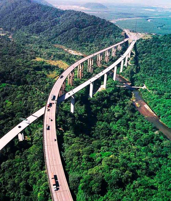 La red de carreteras de Brasil es la cuarta más grande del mundo con una longitud total de aproximadamente 1,6 millones de kilómetros. Las carreteras operadas bajo la jurisdicción federal cubren 74.000 kilómetros, mientras que las carreteras de jurisdicción municipal y estatal cubren 1,2 millones de km y 242.000 km respectivamente.