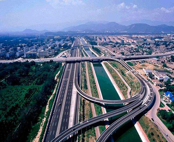 China cuenta con la segunda red de carreteras más grande del mundo, superando los 4,24 millones de kilómetros (según datos de 2012). Las carreteras nacionales y provinciales comprenden respectivamente el 4% y el 7% de la red de carreteras de China, mientras que la red de autopistas del país, que supera los 96.000 km, es la mayor del mundo.