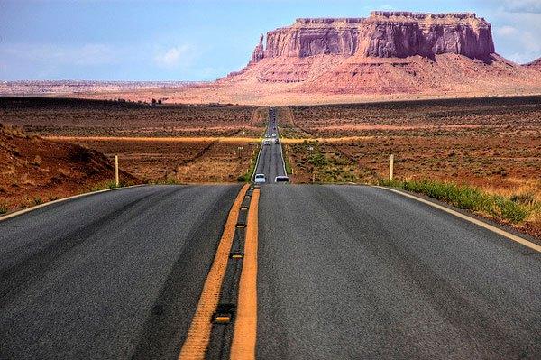 La red de carreteras de los Estados Unidos supera los 6,58 millones de kilómetros de longitud total, siendo por tanto la red de carreteras más larga y más grande del mundo. Concretamente, se compone de aproximadamente 4,3 millones de kilómetros de carreteras pavimentadas, incluyendo 76.334 kilómetros de autopistas y 2,28 millones de kilómetros de carreteras sin pavimentar. Actualmente su red incluye muchas de las carreteras más largas del planeta y varios récords mundiales.