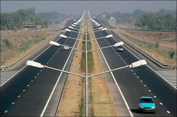 La red de carreteras de la India con una extensión de más de 4,1 millones de kilómetros (según datos de 2012), se ubica como la tercera más grande del mundo. Su red de carreteras se ha convertido en la infraestructura de transporte clave, ya que asume el 80% del tráfico total de pasajeros del país, así como el 65% del tráfico de mercancías.