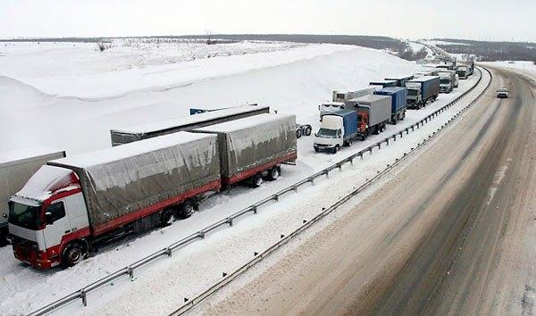 La red de carreteras de Rusia cubre una longitud total de más de 1,28 millones de kilómetros. La red se extiende por 927.721 kilómetros de carreteras pavimentadas, incluyendo 39.143 kilómetros de autopistas y 355.666 kilómetros de carreteras sin pavimentar (según datos de finales de 2012).