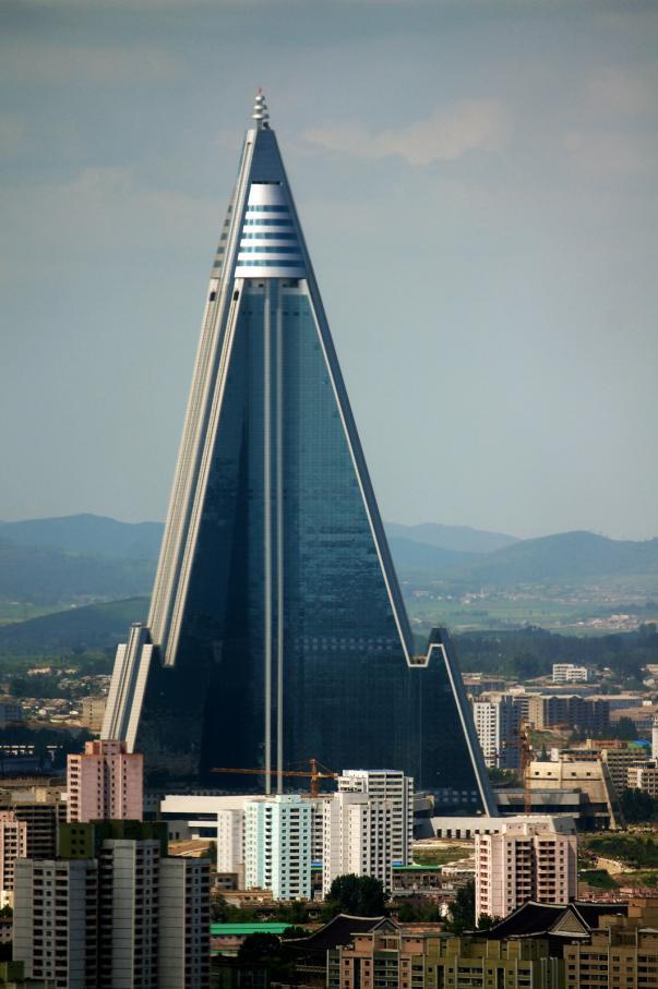 El Hotel Ryugyong es un rascacielos con forma de pirámide ubicado en Pyongyang, Corea del Norte. La construcción comenzó en 1987, pero se detuvo en 1992 cuando Corea del Norte entró en un período de crisis económica después de la caída de la Unión Soviética. En 2008 se reanudó la construcción. La estructura tiene 330,02 metros de alto