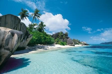 En la costa este de África se encuentran las islas Seychelles, un archipiélago de 115 islas con un espléndido clima tropical que hace que podamos visitarlas en cualquier época del año, ya que durante la época del monzón algunas playas están en su mejor momento, y otras durante los vientos alisios y siempre manteniendo una temperatura entre 24o y 31oC.