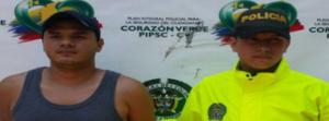 Breiner Rivera acompañada de un oficial de la policía
