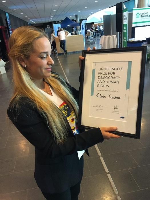"""Lilian Tintori recibió el premio """"Lindebrækk Prize 2016"""", otorgado por la primera ministra de Noruega Erna Solberg"""