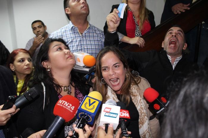 Diputados se encadenan en la sede del CNE