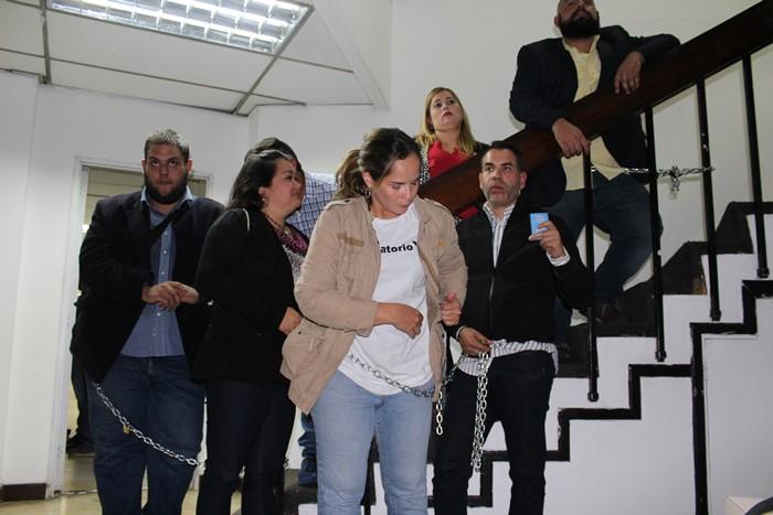Diputados se encadenan en la sede del CNE 3