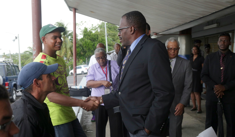 El ministro de Seguridad Nacional de Trinidad y Tobago, Edmund Dillon (d) en Cedros (Trinidad y Tobago)