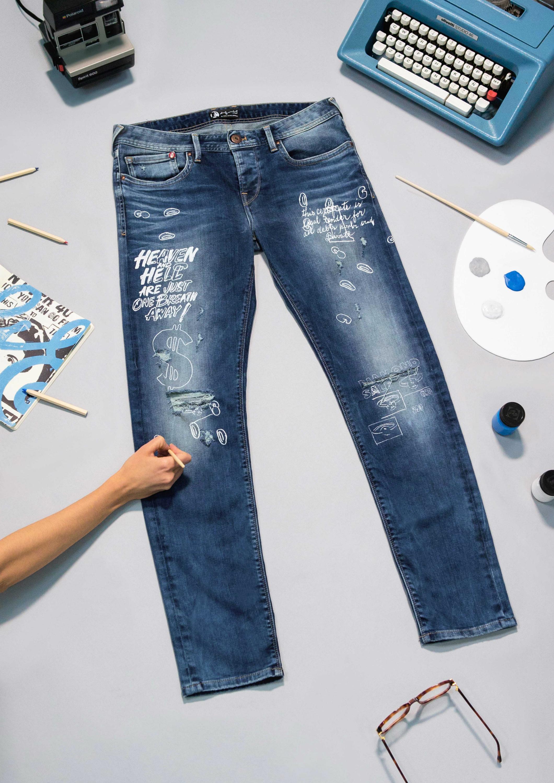 Según propone la firma Pepe Jeans, este verano los pantalones se llevan coloreados