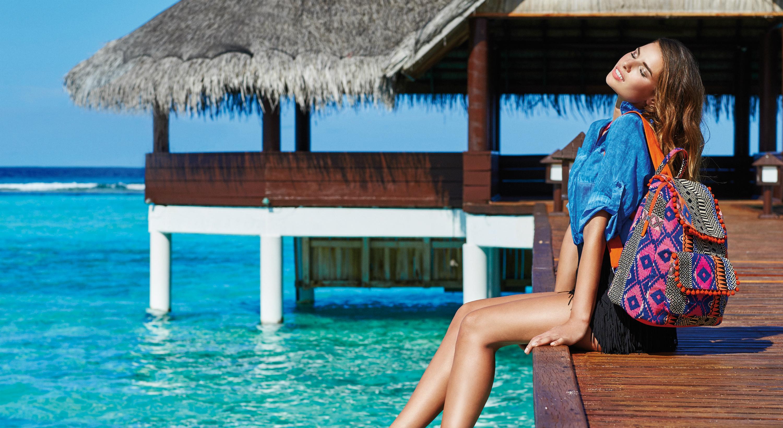 Carpisa, la marca italiana de bolsos y maletas propone para el verano 2016 una colección inspirada en la atmósfera de colores y estilo típico de Ibiza, la isla del Mediterráneo más famosa en el mundo, ideal para combinar con prendas de tejido vaquero