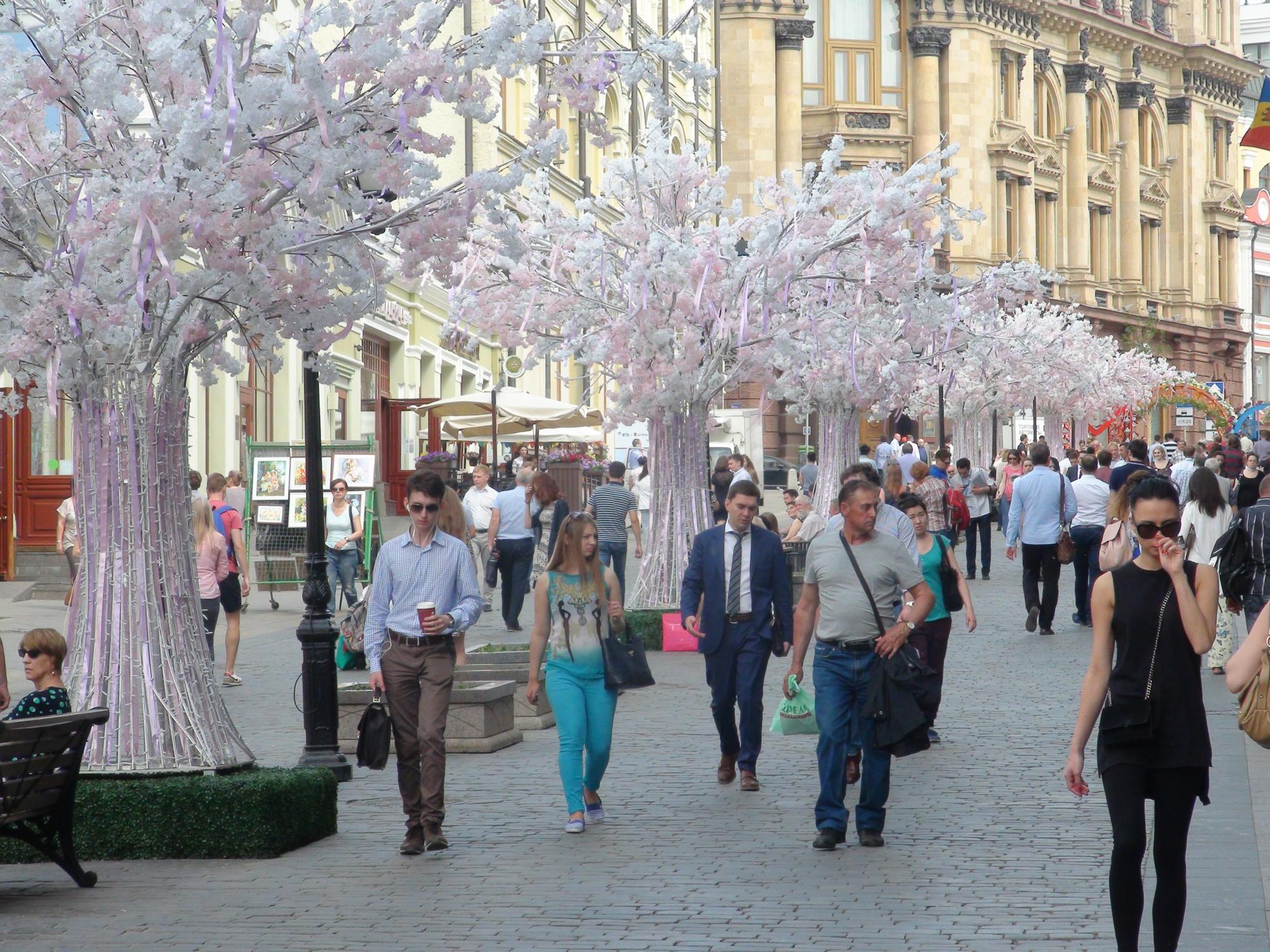 El empedrado de algunas de las calles más emblemáticas de Moscú, como  la calle Kuznetsiky Most, es habitual en la zona centro. Foto: Daria Shuváeva