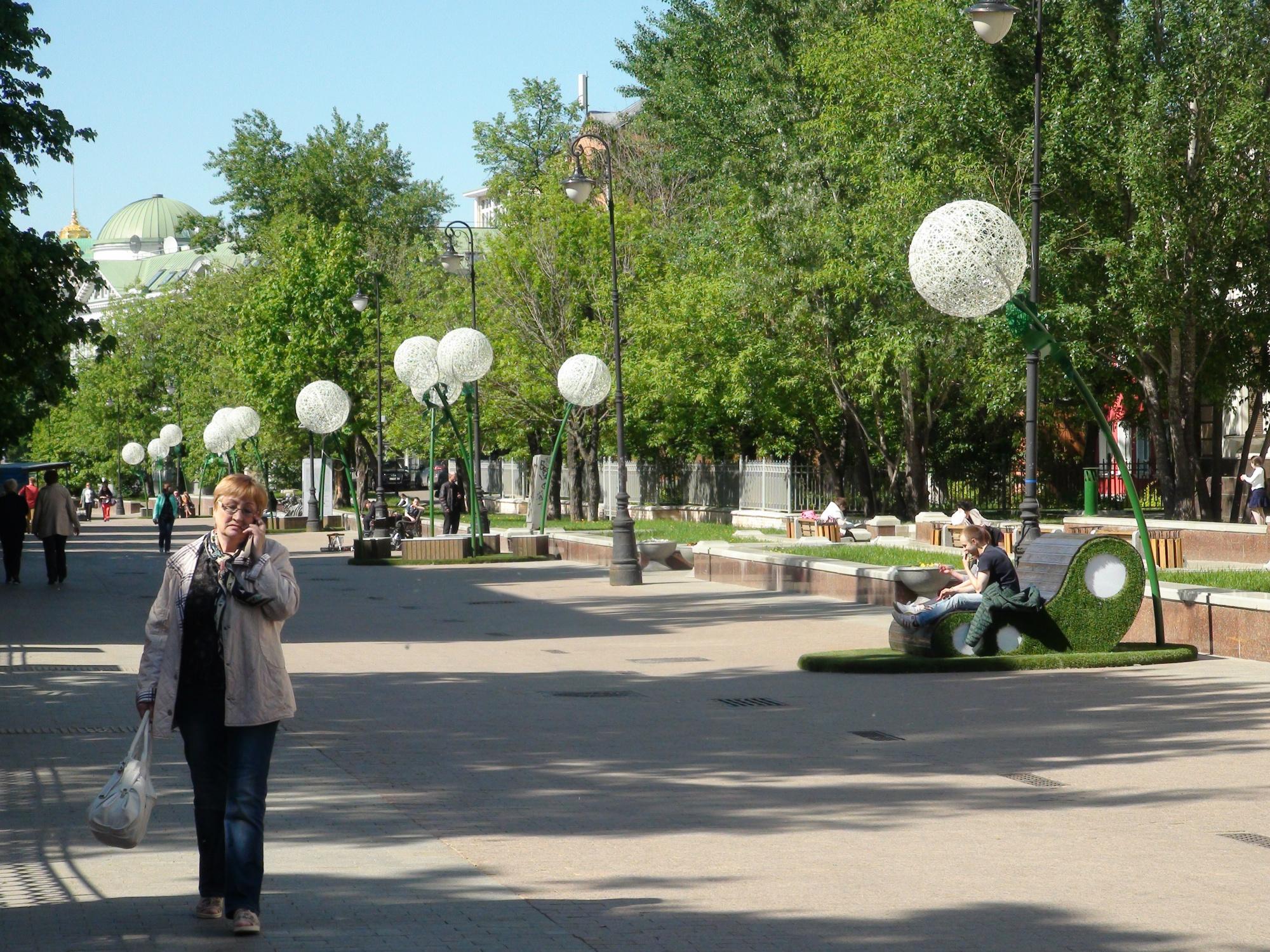 Una transeúnte camina por el Callejón Lavrúshinskiy. Foto: Daria Shuváeva