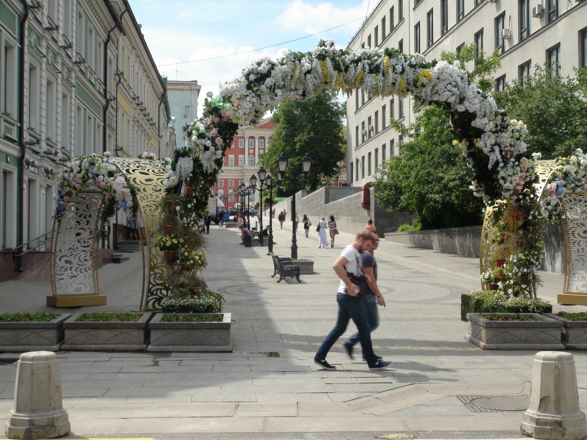 Unos paseantes transitan por el florido Paseo Tverskóy de la capital rusa. Foto: Daria Shuváeva