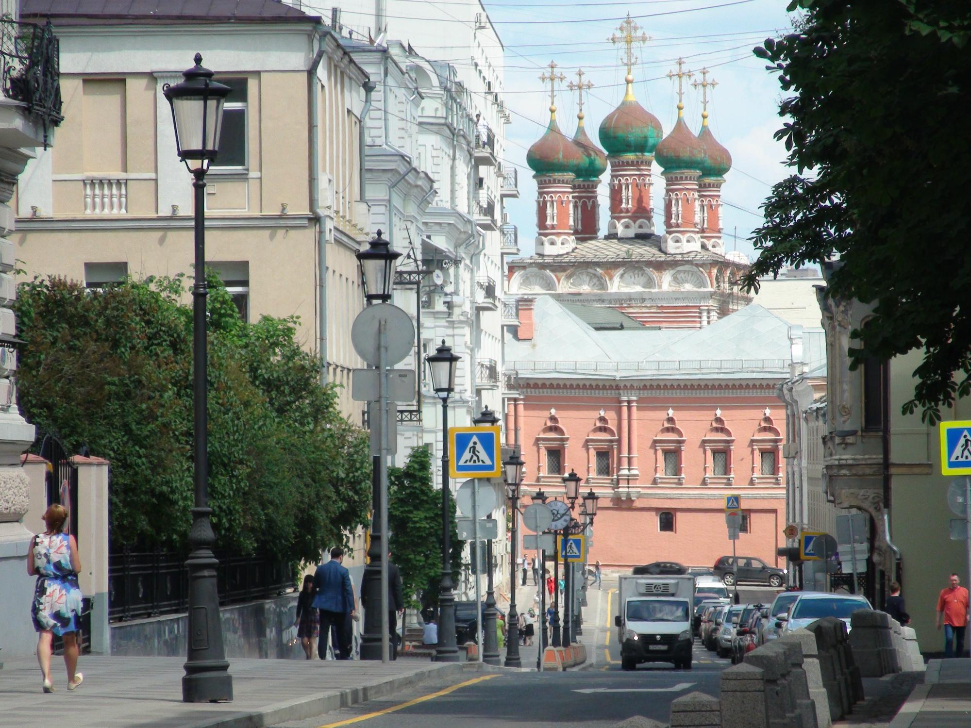En general los moscovitas están contentos con la reestructuración de muchas calles, pero los conductores no tanto. En la foto el Callejón Petrovskiy, con una vista de las torres del Monasterio Visoko-Petrovskiy. Foto: Daria Shuváeva