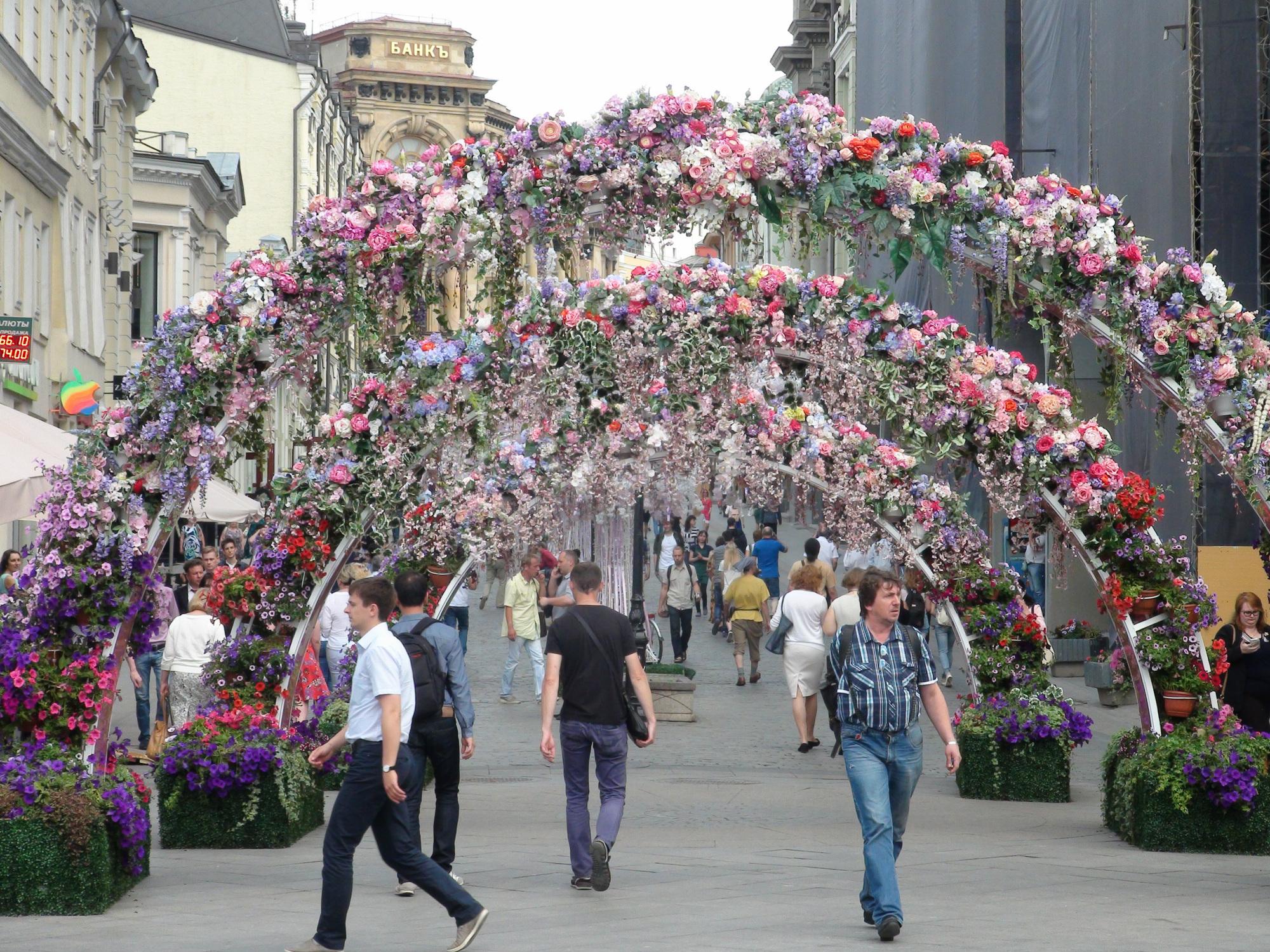 Unos moscovitas caminan por los arcos florales de la  calle Kuznetskiy Most. Foto: Daria Shuváeva