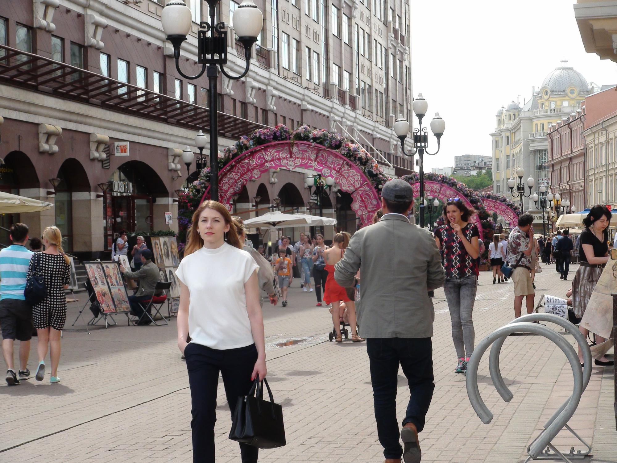 Gente paseando por la calle Arbat, la primera que se peatonalizó en Moscú. Foto: Daria Shuváeva