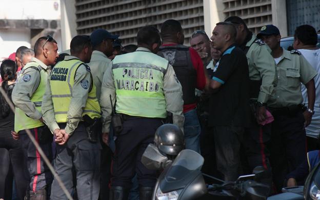 MARACAIBO VENEZUELA: 18/09/2016 Yeisy Carolina Pena de 43 anos de edad, supervisora jefe de Polimaracaibo fue asesinada por 7 funcionarios de la Policia Nacional cuando esta se encontraba en casa de una amiga en el sector los Planazos En la grafica Familiares a las afuera de la morgue