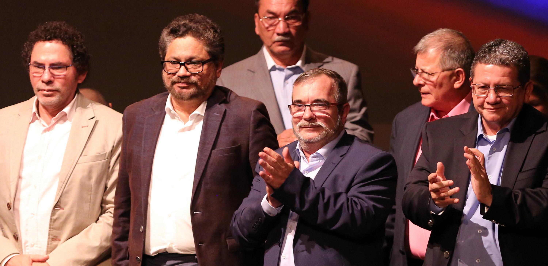 Guerrilleros de las FARC vestidos de manera formal durante la firma del nuevo acuerdo de paz. EFE