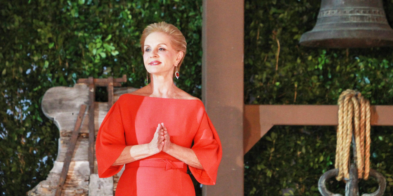 Reinas, primeras damas y celebrities visten diseños de Carolina Herrera, la gran dama de la moda que celebra su 35 aniversario sobre la pasarela. EFE/Sáshenka Gutiérrez