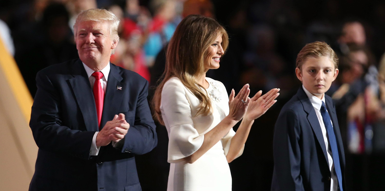 El candidato republicano a la presidencia, Donald Trump (i); su esposa, Melania (c) y su hijo, Barron (d), en una foto de archivo. EFE/DAVID MAXWELL
