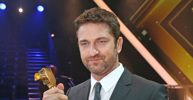 Gerard Butler posa con el premio como Mejor actor Internacional; en la 51 edición del Golden Camera film and television award en Hamburgo, Alemania este año. EFE/EPA/CHRISTIAN CHARISIUS/POOL