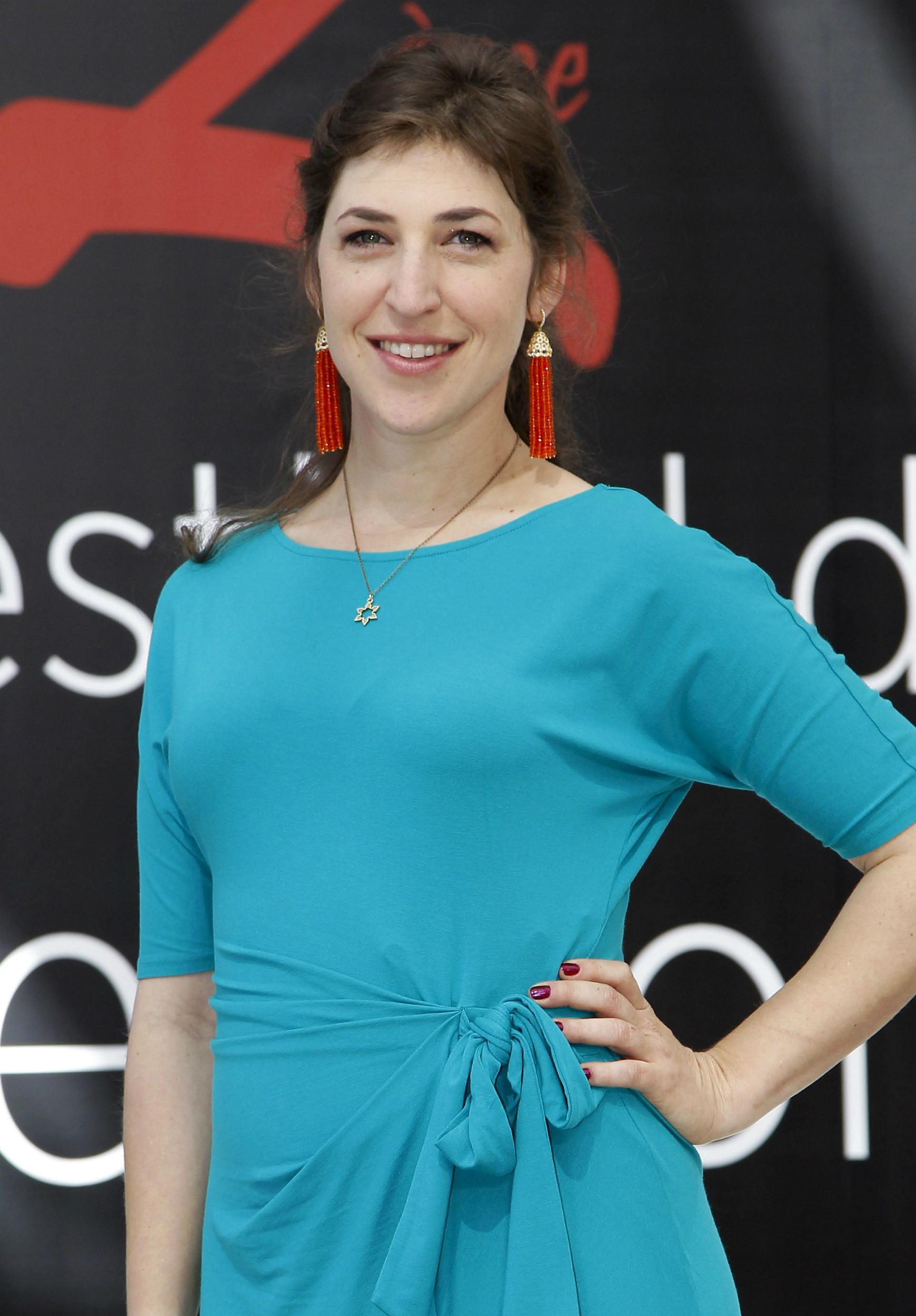 La actriz estadounidense Mayim Bialik, de la serie televisiva; The Big Bang Theory, posa para los fotógrafos durante su participación en el Festival de Televisión de Montecarlo, Mónaco,en 2012. EFE/Sebastien Nogier