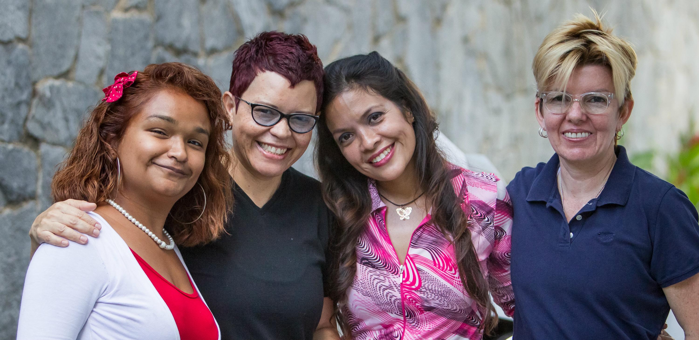Fotografía donde se observa a la estilista Dinorah Llovera (2-i) y la entrenadora personal Isabel Briceño (d), acompañadas de las alumnas María Campero (i) Jessica Márquez (2-d) en el estudio Dinas Espacios ubicado en el este de Caracas (Venezuela). EFE