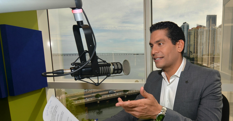 El comunicador, escritor, periodista y empresario Ismael Calo ante los micrófonos. EFE/Gastón de Cárdenas