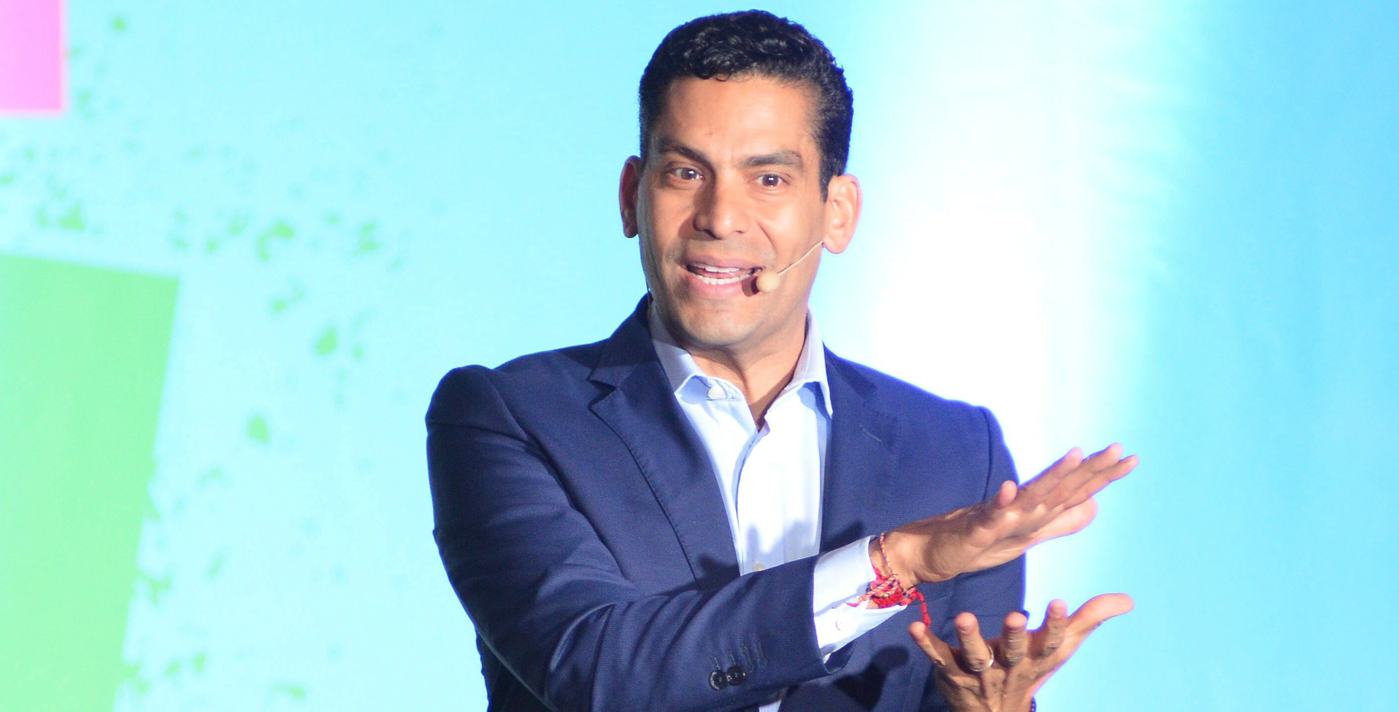 Ismael Cala durante una conferencia ofrecida en Miami hace unos meses. EFE/Gaston De Cardenas