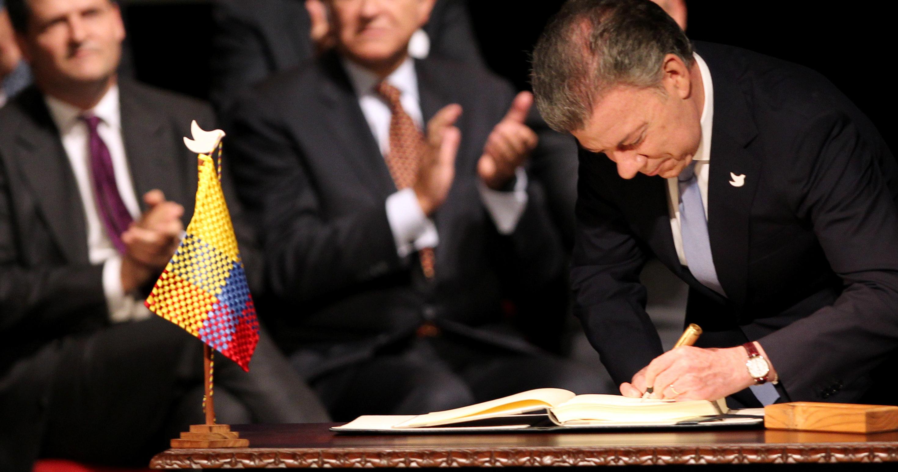El presidente colombiano Juan Manuel Santos estampando su firma en el nuevo acuerdo de paz. EFE