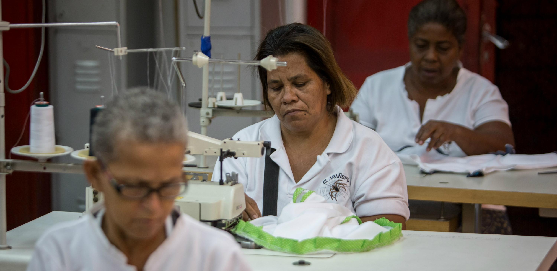 madres-venezolanas-aprenden-a-coser-2
