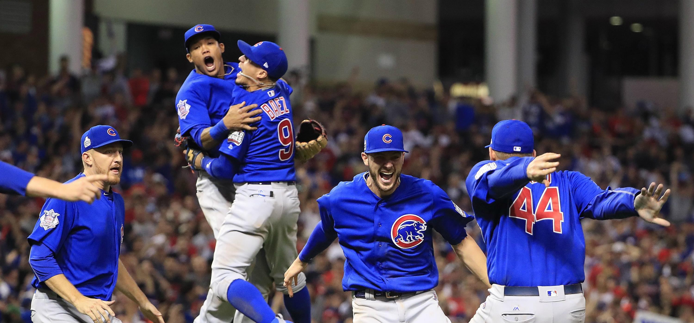 Jugadores de los Cachorros de Chicago celebran la victoria ante los Indios de Cleveland durante el séptimo partido de la Serie Mundial de las Grandes Ligas de béisbol el pasado 2 de noviembre de 2016, en el estadio Progressive Field de Cleveland, Ohio (EE.UU.). EFE/TANNEN MAURY