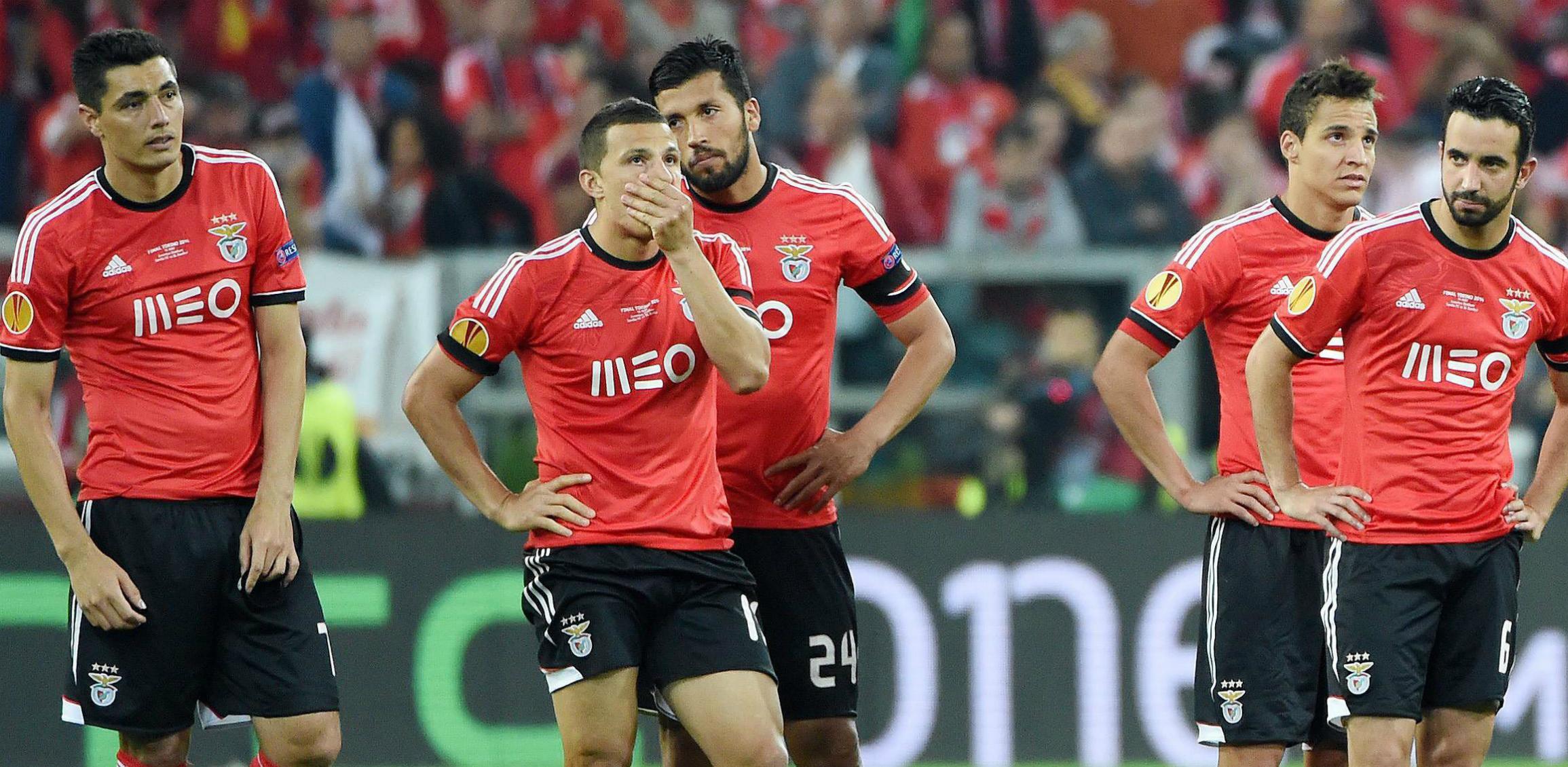 Al Benfica le persigue la maldición de Guttmann desde 1962. En la imagen, jugadores del equipo lisboeta abatidos después de perder la final de la Liga Europa, el 14 de mayo de 2014, ante el Sevilla. La octava final que pierden a nivel europeo desde el vaticinio de Guttmann. EFE/Daniel Dal Zennaro