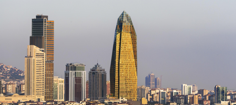 Imagen de la Allianz Tower (en el centro de la imagen) en Estambul, Turquía. Con sus 185,50 metros está inspirada en las rocas de la región de Capadocia. Foto: Esto Photofraphics. Foto cedida por The Council on Tall Buildings and Urban Habitat (CTBUH).