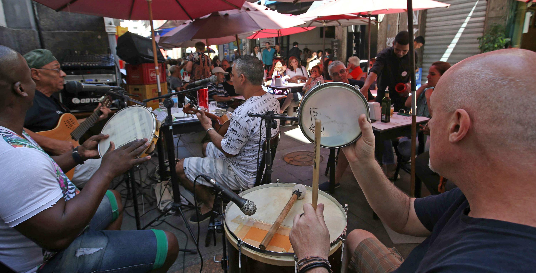 Foto de músicos tocando Samba en la calle Ouvidor, en el centro antíguo de la ciudad de Rio de Janeiro. EFE / Marcelo Sayão