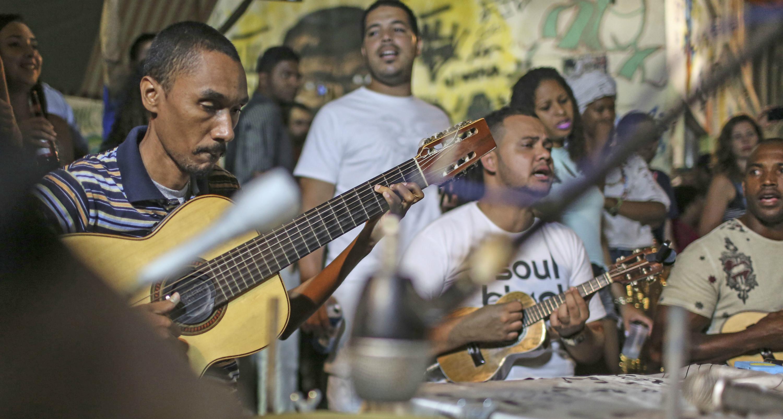 El género de la samba sigue creciendo y renovándose, incluso en los instrumentos que se utilizan. En la imagen unos músicos en Belo Horizonte (Brasil). Foto: Antonio Lacerda