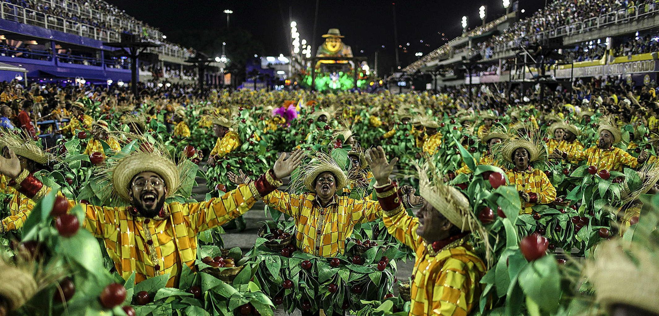 La Escuela de Samba Unidos da Tijuca, que rinde homenaje al mundo rural y a la vida de los trabajadores del campo, durante el primer día de los desfiles de las escuelas de samba del Grupo Especial, en la pasarela de samba celebrada  en febrero de 2016, en el sambódromo de Río de Janeiro. EFE / Antonio Lacerda