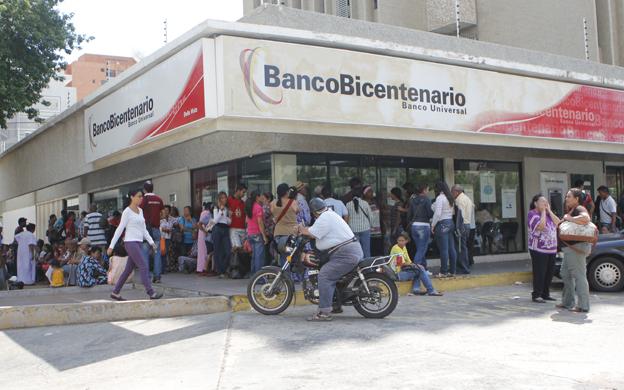 Maracaibo; Venezuela 25/11/2015 Politica Colas en bancos por pago de pensiones y ausencia de billetes.